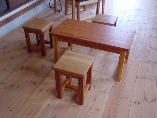 腰掛けと小テーブル