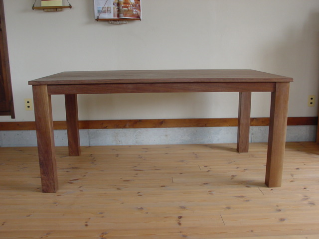 ダイニング・ウォールナットのテーブル